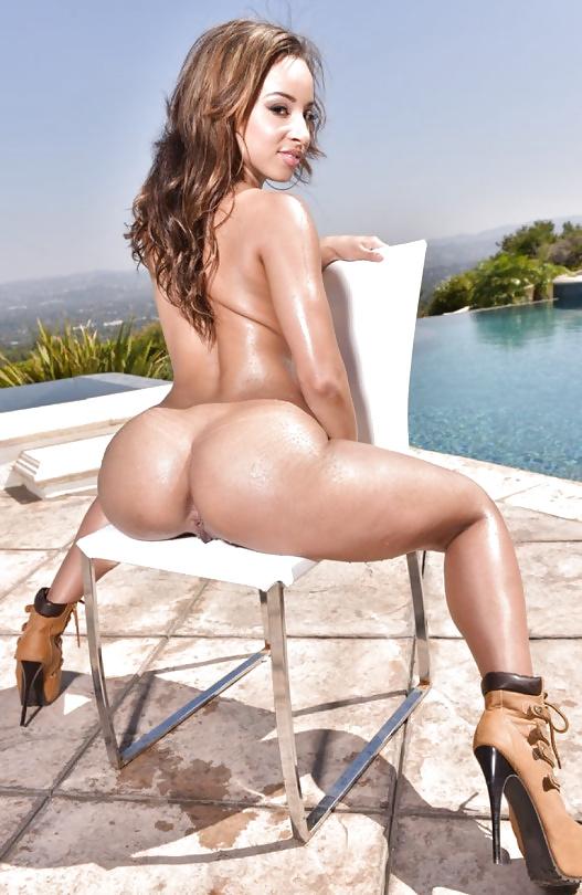 Schwärze Schwänzen und Küken in Nacktbildern