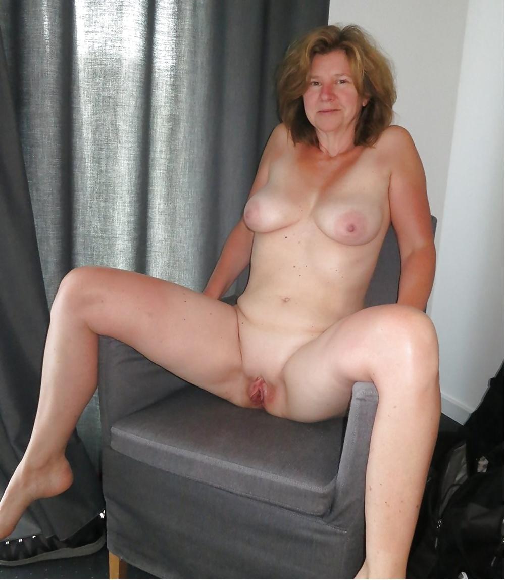Reife Damen unterschiedliche Positionen in Aktbildern